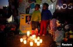 Дети у стен клиники в Претории, где находился Нельсон Мандела в день своего 95-летия 17 июля 2013 года