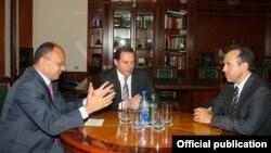 Министр обороны Армении Сейран Оганян (слева) принимает чрезвычайного и полномочного посла Беларуси в Армении Степана Сухоренко, Ереван, 5 августа 2015 г.