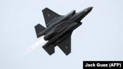 این تصویر از ژوئن امسال یک جنگنده اف-۳۵ ارتش اسرائیل را نشان میدهد. سخنگوی ارتش اسرائیل گفته نیروهای آن کشور «برای انجام عملیات دفاعی و همچنین عملیات تهاجمی، در جهت جلوگیری از حمله به اسرائیل، در آمادهباش بالایی قرار دارند».