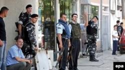 Forcat e policisë para një vendvotimi në Shkup, 1 qershor 2008.