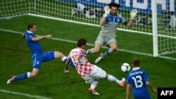 Mario Madžukić postiže pogodak protiv Italije u Poznanju, 14. juni 2012.