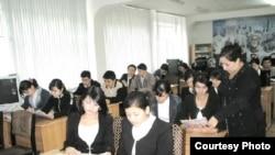 В Узбекистане широко распространена проблема присвоения директорами школ зарплат своих сотрудников.