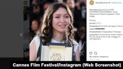 Казахстанская актриса Самал Еслямова с призом Каннского кинофестиваля. Скриншот страницы кинофестиваля в Instagram.