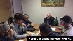 Черкесские активисты в Майкопе с ученым-археологом Нурбий Ловпаче (на заднем плане)