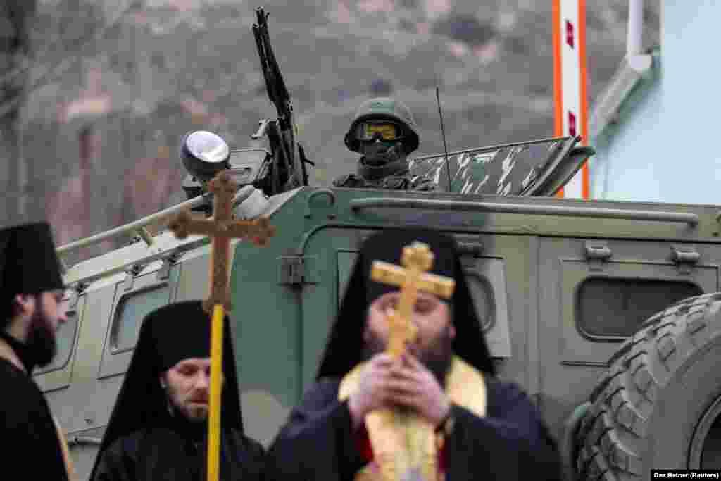 1 марта 2014, Балаклава. Православные монахи молятся у российского танка