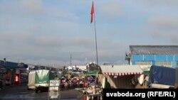 Савецкі сьцяг над рынкам «Ждановічы»
