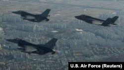 جنگندههای اف-۳۵ و اف-۱۶ ارتش آمریکا در حال تمرین، بر فراز شهر گونسان در کره جنوبی