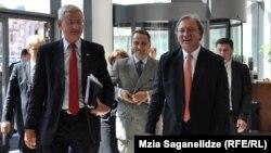შვედეთის, პოლონეთისა და საქართველოს საგარეო საქმეთა მინისტრები კარლ ბილდტი (მარცხნივ), რადოსლავ შიკორსკი და გრიგორლ ვაშაძე თბილისის ამბასადორიალზე