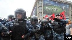 Столкновения у Верховной Рады сторонников и противников нового языкового закона