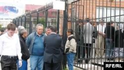 Люди в ожидании оглашения приговора по делу Олега Евлоева и Дмитрия Тяна. Астана, 16 июня 2009 года.