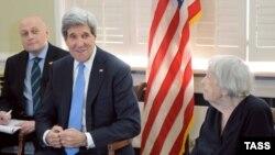 На снимке: госсекретарь США Джон Керри и Людмила Алексеева
