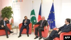 Pakistani President Asif Ali Zardari (second from left) with EU foreign policy chief Javier Solana (far left), Klaus, and Barroso at EU headquarters in Brussels on June 17.