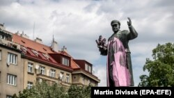 Sovet marşalı Konevin Praqadakı heykəlinə dəfələrlə rəng atılıb