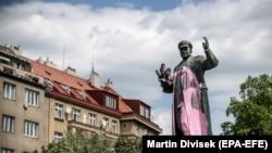 Облитый краской монумент маршалу Ивану Коневу в Праге. 8 мая 2018 года.