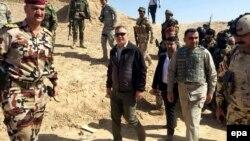 Իրաք - Փոխվարչապետ Բահա ալ-Արաջին (կենտրոնում) այցելում է Թիքրիթի մերձակայքում դիրքավորված զորքեր, մարտ, 2015թ․