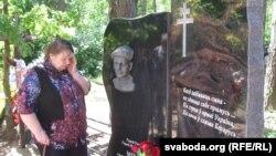Маці Міхаіла Жызьнеўскага Ніна Жызьнеўская каля помніка сыну, архіўнае фота