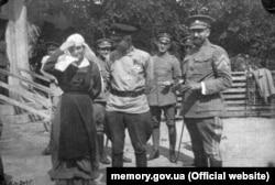 Командир Запорозької дивізії Олександр Натієв (у центрі) та полковник Петро Болбочан зі знаками розрізнення отамана бригади. Весна 1918 року