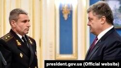 Командувач ВМС ЗСУ Ігор Воронченко і президент України Петро Порошенко