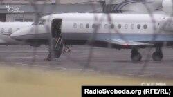 Літак Віктора Медведчука готують до вильоту