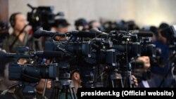 Камеры СМИ на пресс-конференции президента в 2018 году. Иллюстративное фото.