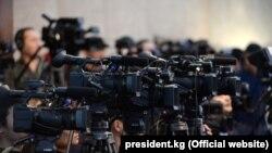 Президент Сооронбай Жээнбековдун жылдык басма сөз жыйынына чогулган журналисттер. Декабрь, 2019-жыл.