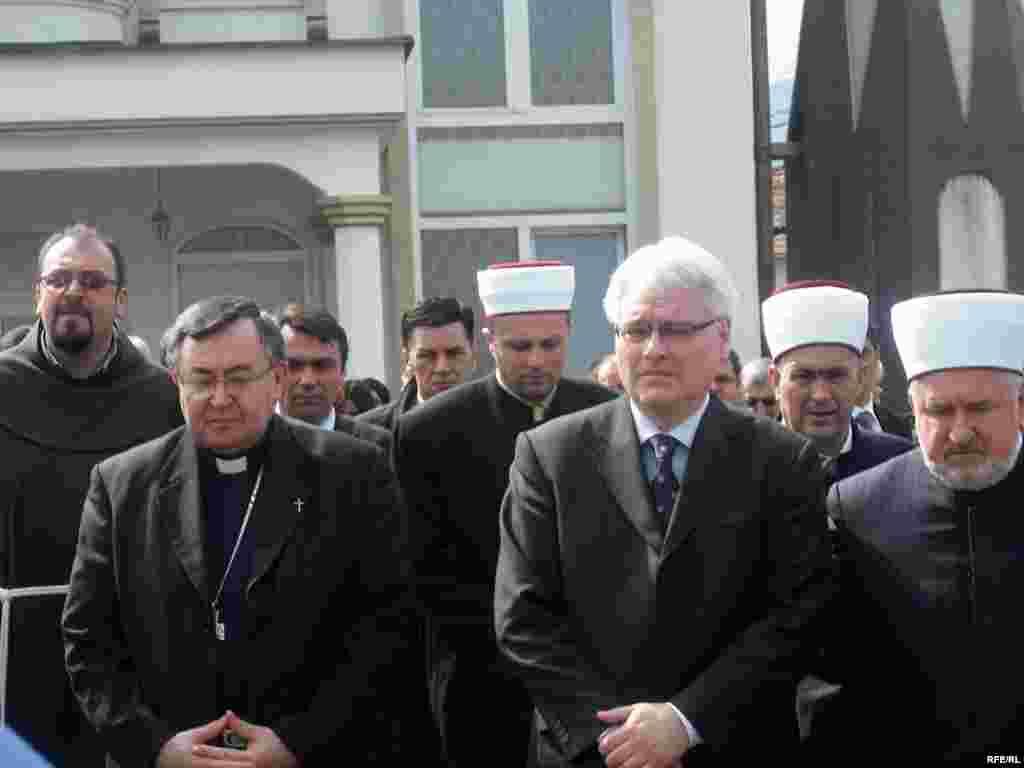 Predsjednik Hrvatske Ivo Josipović se u Ahmićima, selu u Srednjoj Bosni, gdje su snage Hrvatskog vijeća obrane u ratu ubile 116 Bošnjačkih civila, u dvorištu džamije kraj spomenika žrtvama poklonio i položio cvijeće