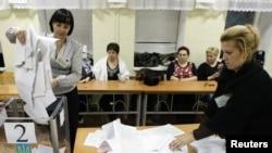 Ուկրաինայի տեղական ինքնակառավարման մարմինների ընտրությունների քվեաթերթիկների հաշվարկը ընտրատեղամասերից մեկում, 1-ը նոյեմբերի, 2010թ.