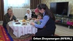 Әділхан Қалияр отбасымен бірге. Астана, 18 қазан 2018 жыл. (Скриншот)