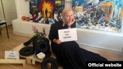 Художниця Майдану Марія Діордічук зі своїми роботами у Швеції