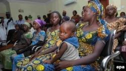 """Некоторые из освобожденных девочек, похищенных группировкой """"Боко Харам"""". Абуджа, 13 октября 2016 года."""