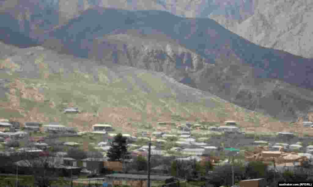 Arçman stansiýasyndan 25 kilometr uzaklykdaky Garry Nohur obasy deňiz derejesinden 1300 metr belentlikde ýerleşýär.