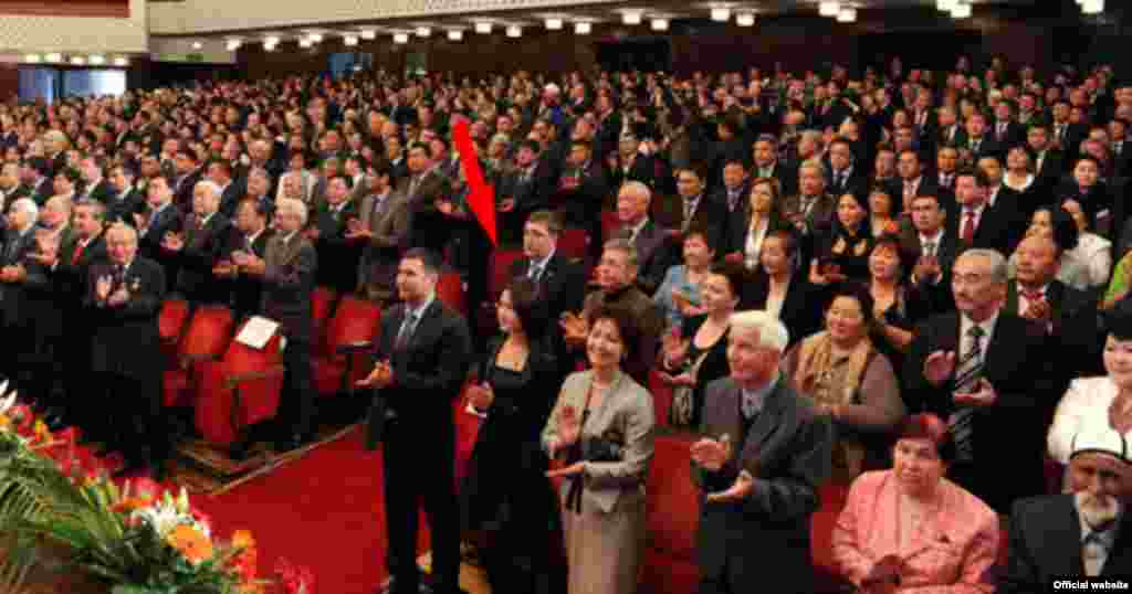 Алмазбек Атамбаевтың қызы Әлия Атамбаева (бірінші қатарда, ортада)анасы Раисамен бірге президент инаугурациясында. Бішкек, 1 желтоқсан 2011 жыл. (Президент Атамбаев екі рет үйленген, алты баласы бар).