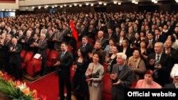 Рәисә Атамбаева кызлары Алия белән Кыргызстан президенты инаугурациясендә