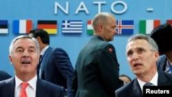 Генеральний секретар НАТО Єнс Столтенберґ (п) на міністерській зустрічі в Брюсселі, 19 травня 2016 року