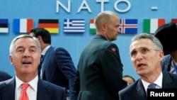 Черногория премьер-министрі Мило Джуканович (сол жақта) пен НАТО бас хатшысы Йенс Столтенберг. Брюссель, 19 мамыр 2016 жыл.