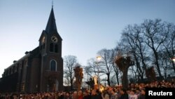 Жители Ломмеля у церкви - после гибели детей в Швейцарии