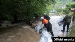 В Крыму майские ливни смыли хозпостройку в реку