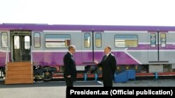 İlham Əliyev yeni vaqonlara baxır
