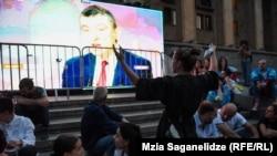 В центре протеста – на проспекте Руставели – основная часть митингующих смотрела интервью на большом экране