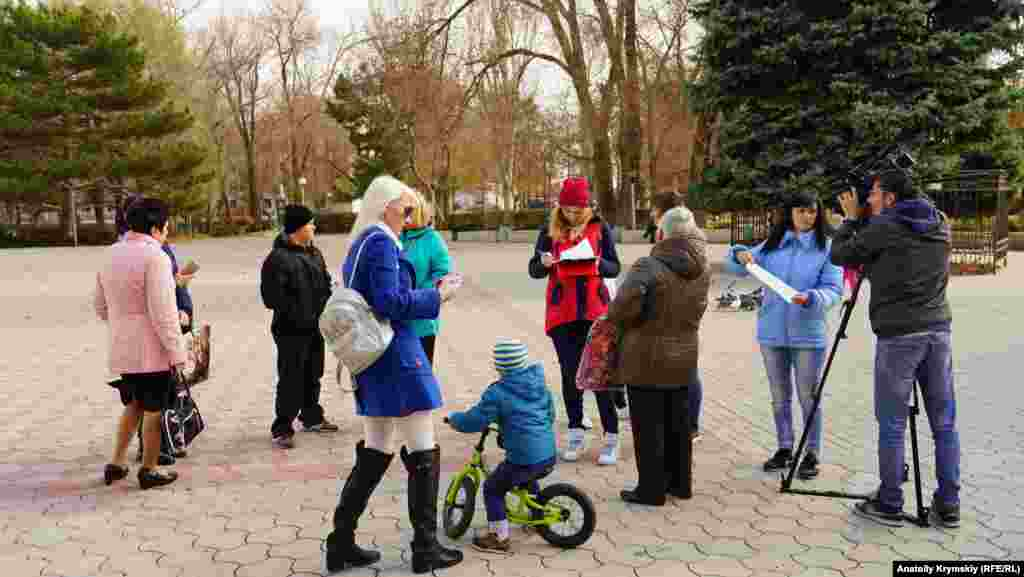 У декількох метрах від ярмарку, перед Центром культури й дозвілля «Титан», небайдужі жителі міста збирали підписи під листом російського президента Володимира Путіна про екологічну ситуацію в Армянську