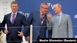 61-річний Дмитро Козак (на фото ліворуч) замінив Владислава Суркова, який відповідав за відносини Росії з Україною від 2013 року. Крайній лівору на фото – президент Росії Володимир Путін