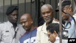 Абдул Кадир (в светлом костюме) выходит из здания суда после признания его виновным. Тринидад и Тобаго, 2007 год