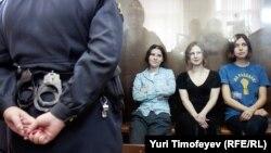 Участницы Pussy Riot Екатерина Самуцевич, Мария Алёхина и Надежда Толоконникова в Хамовническом суде 17 августа 2012 года