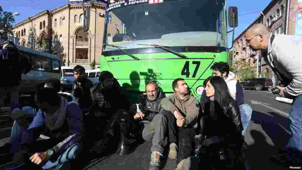 Активисты блокируют движение транспорта на улицах города.