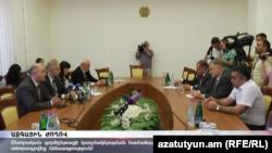 Քաղաքական ուժերի ներկայացուցիչները ԸՕ փոփոխությունների վերաբերյալ նոր համաձայնագրի ստորագրումից հետո, Երևան, 13-ը սեպտեմբերի, 2016թ․