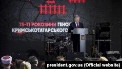 Петро Порошенко під час відзначення Дня пам'яті жертв геноциду кримськотатарського народу. Київ, 18 травня 2019 року