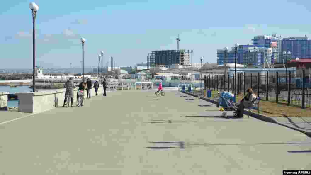 Дальняя западная оконечность набережной пляжа – просторная, она примерно в два раза шире восточной, и по ней можно покататься на велосипеде