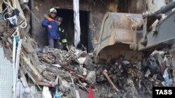 Рятувальники розбирають завали на місці вибуху газу в багатоповерхівці на вулиці Космонавтів, Волгоград, Росія, 22 грудня 2015 року
