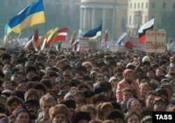 """Сторонники Бориса Ельцина и """"Демократической России"""" на митинге в Москве 10 марта 1991 года"""