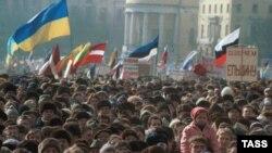 Mii de suporteri ai lui Boris Ielțin, adunați în Piața Manejnaia la Moscova, 10 martie 1991